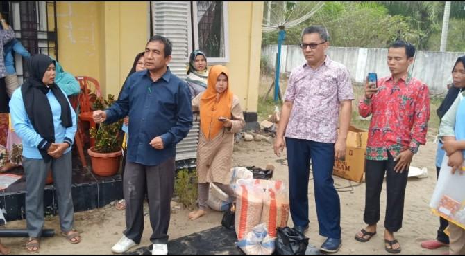 Dr. Ir Adrizal M.Si (dua dari kiri) memberikan penjelasan tentang cara pembuatan pakan unggas lokal kepada masyarakat Pulau Rajo.