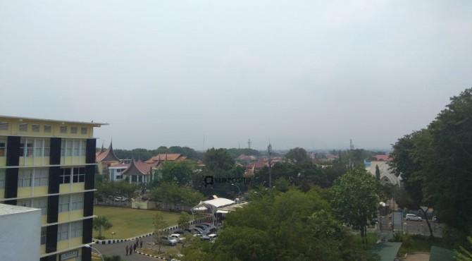 Kondisi terkini di Kota Padang, perbukitan di Kota itu tidak terlihat lagi akibat kabut asap