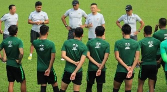 Asisten pelatih timnas Indonesia, Yeyen Tumena memberikan arahan ke pada pemain saat melakukan latihan sebelum menghadapi tuan rumah Malaysia di pertandingan kelima Grup G Kualifikasi Piala Dunia 2022 zona Asia.