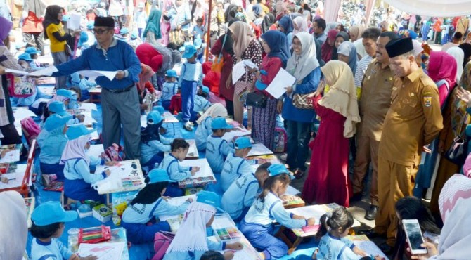 Wako Pariaman Genius Umar didampingi Wawako Pariaman Mardison Mahyuddin melihat lomba menggambar anak PAUD Kota Pariaman