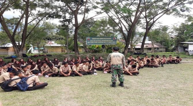 Anggota Kodim 0305/Pasaman saat melaksanakan Pekan Bakti bersama mahasiswa