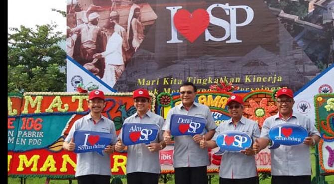 Jajaran Direksi Semen Padang berfoto bersama usai upacara HUT ke-106 di pelantaran parkir kantor pusat Semen Padang