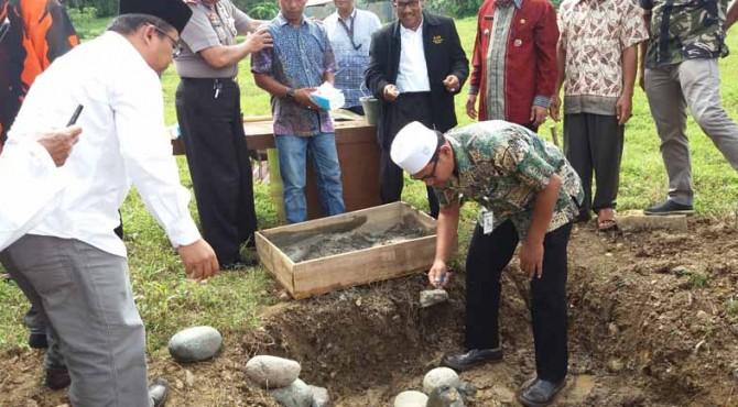 Kepala Biro Humas Semen Padang Iskandar Zulkarnaen Lubis meletakkan batu pertama pembangunan Balai Adat Nagari Lubuk Kilangan di kawasan Atap Genteng, Indarung.