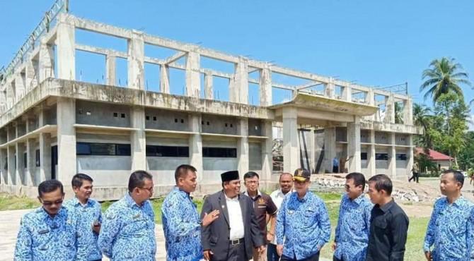 Wakil Gubernur Sumbar Nasrul Abit meninjau pengerjaan salah satu bangunan di Kabupaten Padangpariaman