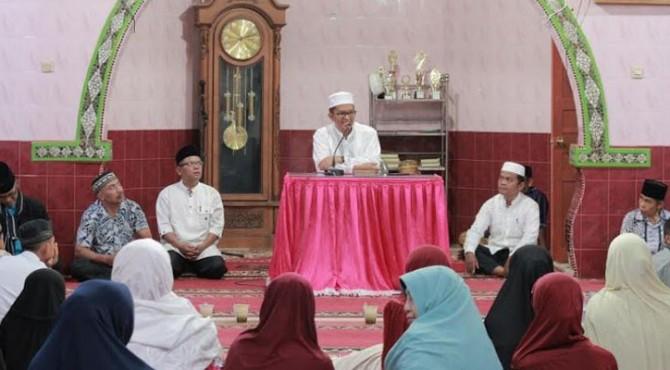 Wakil Walikota Payakumbuh saat melakukan kunjungan dan buka bersama dengan jamaah Masjid Muttahidin, Parambahan, Latina.