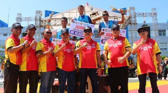 Direktur Politeknik Pelayaran Sumatera Barat (Poltekpel Sumbar) , Rivolindo SH, MM (tengah) foto bersama dengan pemenang lomba lari.