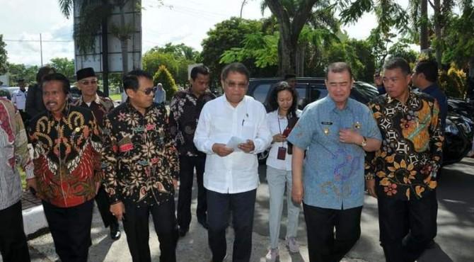 Menteri Komunikasi dan Informatika Rudiantara didampingi Wagub Sumbar Nasrul Abit dan petinggi UNP di Padang, Kamis, 11 April 2019