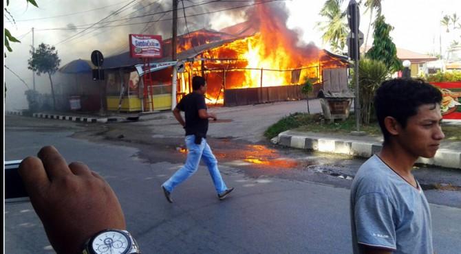 Satu unit rumah makan terbakar di Jalan Perpatih Nan Sabatang, Kota Solok, Selasa pagi.