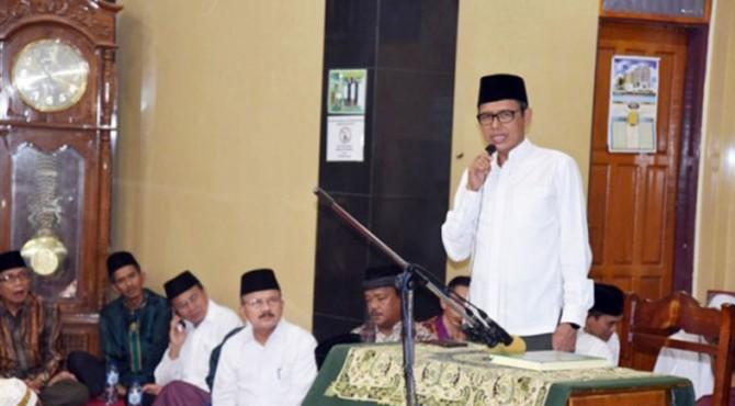 Gubernur Sumbar saat melakukan safari ramadan di Mesjid Baitul Makmur, Kapalo Koto, Kecamatan Nan Sabaris, Padang Pariaman.