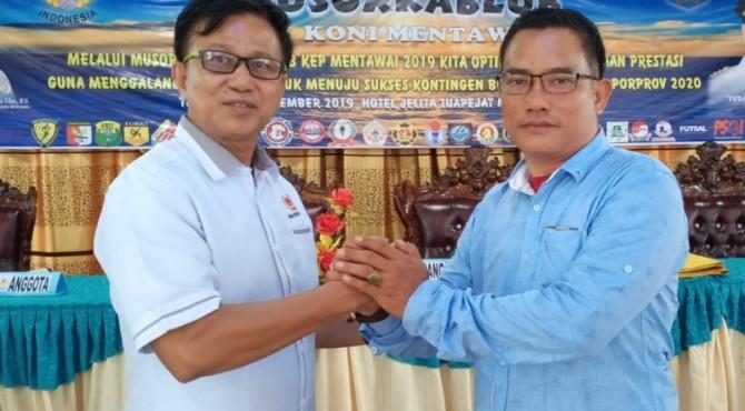 Ketua KONI Mentawai Antonius Saleleubaja dan Wakil Ketua II KONI Sumbar Fazril Ale