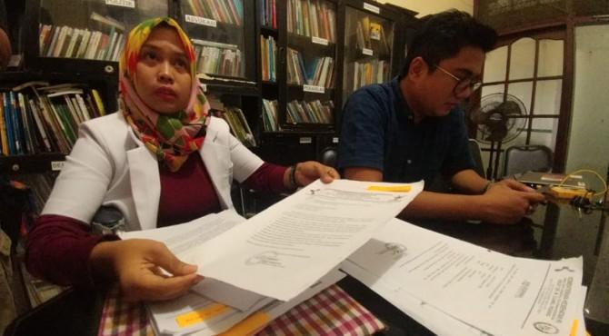 Dokter Romi Sopfa Ismael saat mendatangi LBH Padang