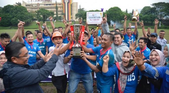 Dirut PT Semen Padang Yosviandri (kiri) menyerahkan Tropy Bergilir Dirut Semen Padang kepada Kaptem Tim sepakbola EXOTI5 Hensratmo dan langaung disambut eforia kemenangan oleh pemain dan suporter EXOTI5