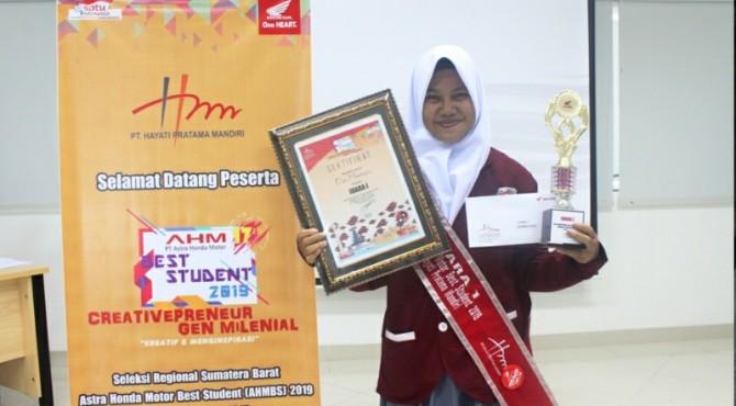 Elsi, pelajar SMA 1 Sitiung yang menjadi perwakilan main dealer Hayati Pratama Mandiri di ajang AHMBS 2019