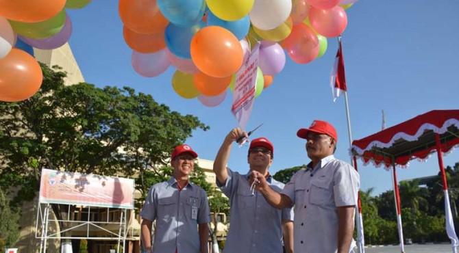 Dirut PT Semen Padang, Benny Wendry (tengah) didampingi Direktur Produksi  Indrieffouny Indra (kiri) melepaskan balon ke udara sebagai tanda dibukanya Sportalympic 2016 Semen Padang
