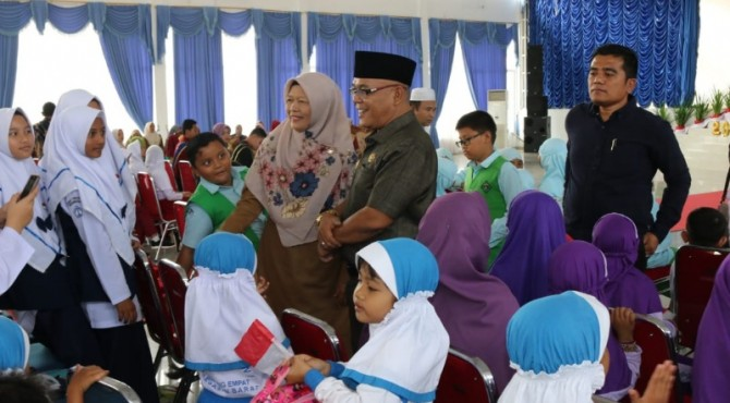Bupati Pasbar, Yulianto saat berinteraksi dengan sejumlah anak di Balerong Tuah Basamo Simpang Empat.