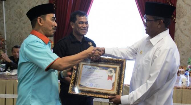 Dukung Kemajuan Wartawan, Bupati Solok menerima penghargaan The Best Partner dari PWI Sumbar dan Kab. Solok.