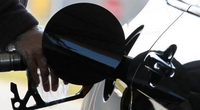 Seorang pengemudi memompa bensin ke dalam mobilnya di sebuah pompa bensin di Brussels 8 Maret 2011