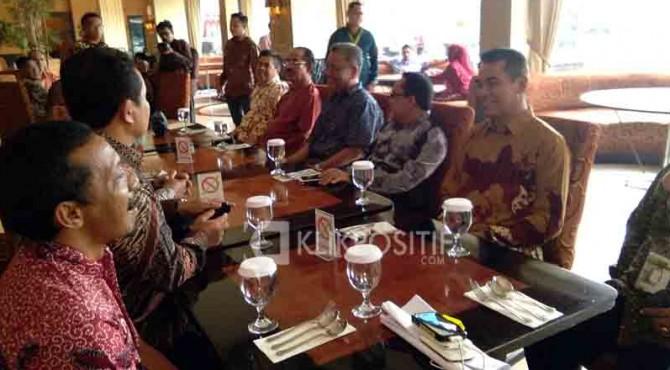 Bupati Pasaman, Yusuf Lubis saat berdikusi dengan perantau dan tokoh masyarakat Pasaman di Pekanbaru.