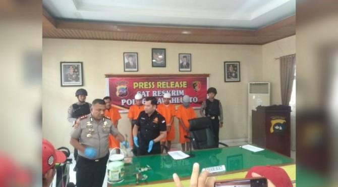 Kapolres Sawahlunto AKBP Junaidi Nur dan AKP Julkipli Ritonga Saat Press Release di Mapolres Sawahlunto