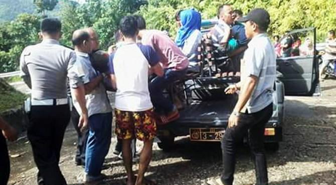 Evakuasi korban kecelakaan di penurunan Puncak Langkisau, Pessel