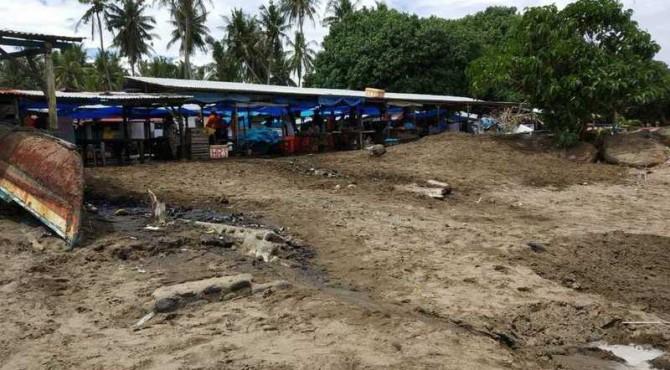 Bekas tumpukan sampah di pinggir pantai Pasar Banda Air, Pasir Kandang, Kelurahan Pasir Nan Tigo, Kecamatan Koto Tangah, Kota Padang
