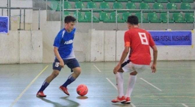 Andrizal Putra (biru) pencetak gol pembuka dan penutup Tim Futsal Tuah Sakato Sumbar vs Futsal Kandis di GOR Remaja, Pekanbaru