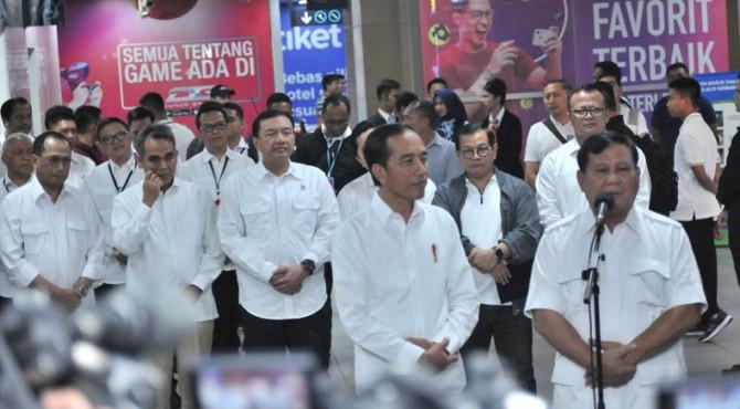Prabowo Subianto dan Presiden Jokowi menyampaikan keterangan pers seputar pertemuan keduanya, di Stasiun MRT Senayan, Jakarta, Sabtu (13/7) pagi.