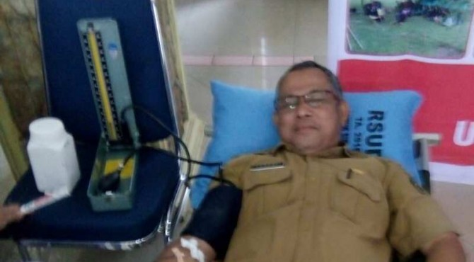 Salah seorang ASN Kabupaten Pasaman tengah melakukan donor darah