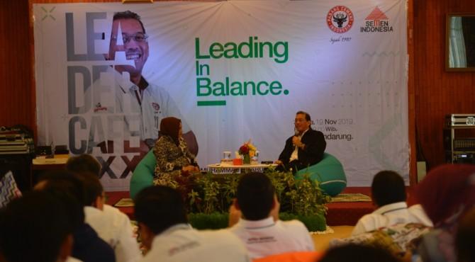 Direktur Keuangan PT Semen Padang Tubagus Muhammad Dharury (kanan) saat acara Leader Cafe  di Wisma Indarung.