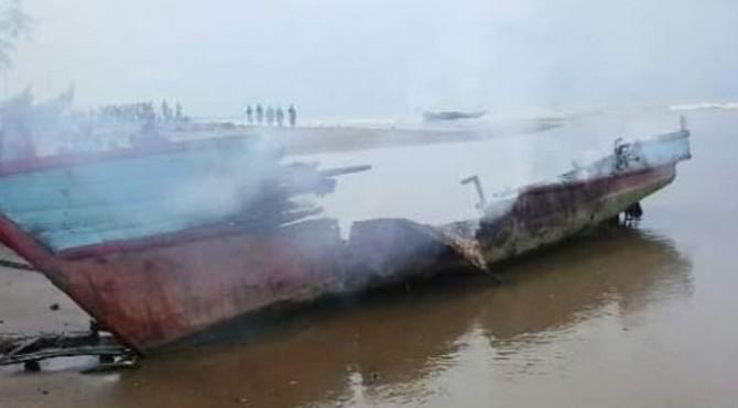 Kapal Pukat Harimau Mini Dibakar Nelayan Tradisional Koto Kandis