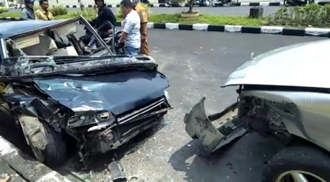 Kecelakaan antara minibus dan sedan di depan Mapolres Pariaman.