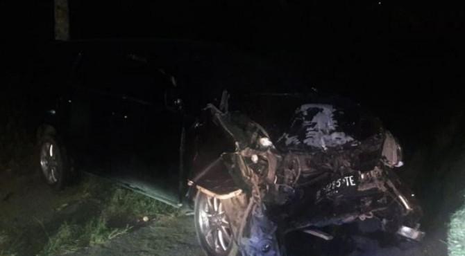 Salah satu mobil yang rusak parah bagian depan yang mengalami kecelakaan di Nagari Saruaso