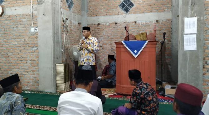 Direktur Politelnik Negeri Padang, Surfa Yondri memberikan sambutan saat Safari Ramadan di Masjid Raya Limau Manis.