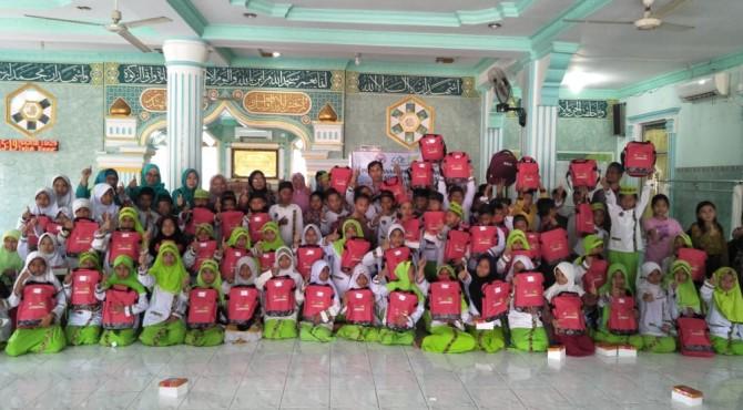 Anak-anak TPQ/TQA di Teluk Bayur foto bersama usai menerima bantuan pendidikan dan TPQ/QTA dari PT Semen Padang