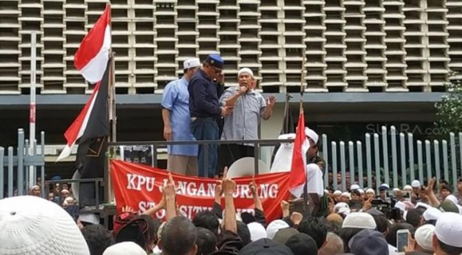 ilustrai: massa melakukan aksi demo di depan kantor Bawaslu