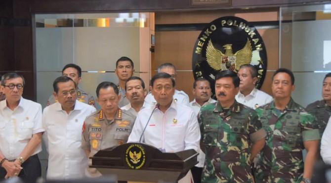Menko Polhukam Wiranto didampingi sejumlah pejabat jajaran Polhukam menyampaikan keterangan pers, di kantor Kemenko Polhukam, Jakarta, Kamis (18/4) siang