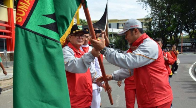 Wagub Sumbar, Nasrul Abit saat melakukan pelepasan atlet POPNAS Sumbar.