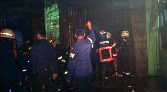 Petugas damkar melakukan proses pendinginan di lokasi ruko yang terbakar