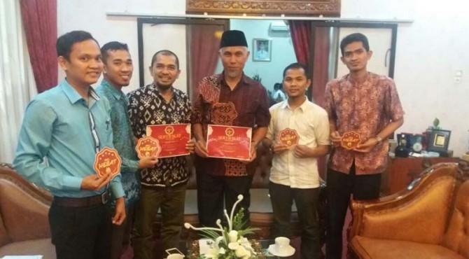 Tim relawan Sahabat PKL Hebat berfoto bersama Walikota Padang Mahyeldi Ansharullah.