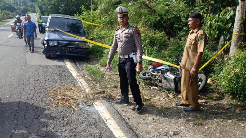 Petugas melakukan olah TKP di lokasi kecelakaan.