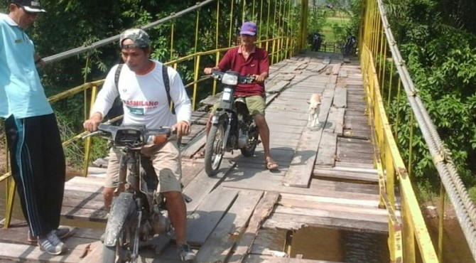 Kondisi jembatan gantung di Nagari Koto Salapan Palangai, Kecamatan Ranah Pesisir