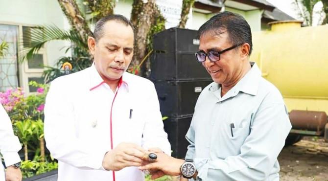 Wawako Solok Reinier menyerahkan kenang-kenangan kepada Sukardi yang sudah memasuki masa Purna bakti