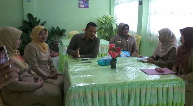 Ketua DPRD Kota Solok meninjau pelaksanaan ujian nasional di sejumlah sekolah di Kota Solok