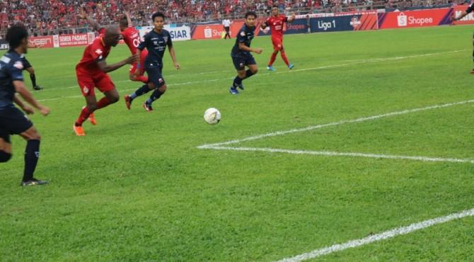 Karl Max Dany menciptakan gol ke gawang Madura United