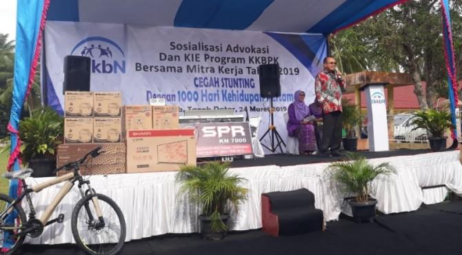 Anggota Komisi IX DPR, Suir Syan saat menjadi pemateri pada sosialisasi yang digelar BKKBN di Rambatan, Tanah Datat