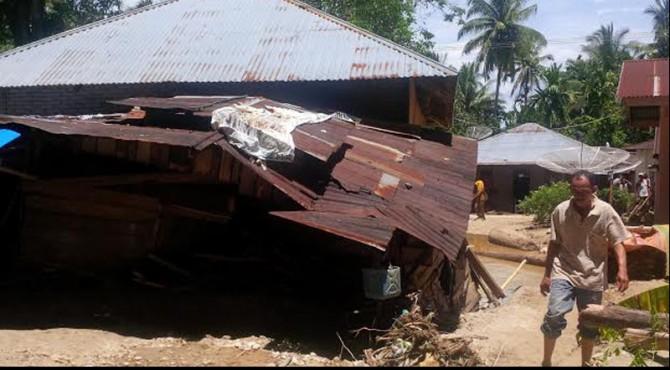 Rumah warga jorong Lundar Pasaman yang rusak akiibat banjir yang melanda daerah itu pada Minggu malam