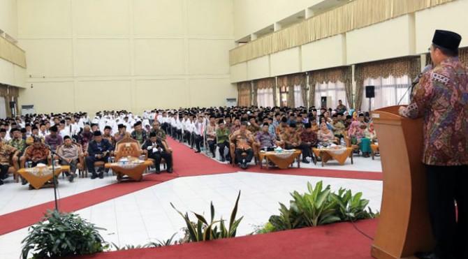 Menteri Agama Lukman Hakim Saifuddin memberi sambutan kepada petugas kloter dan Tim Pemandu Haji Daerah (TPHD)