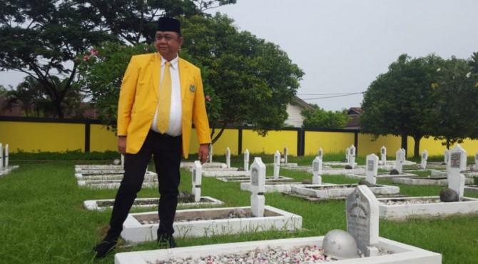 Ketua DPD Partai Golkar Sumbar Hendra Irwan Rahim menaburkan bunga di atas makam pahlawan Kusuma Negara, Lolong Padang