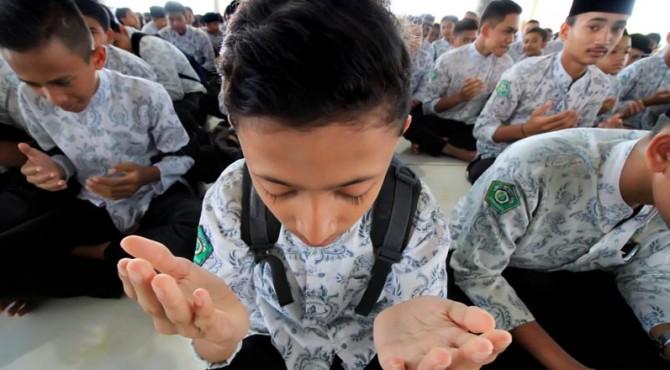 Siswa mengikuti doa bersama di Masjid Agung Islamic Centre Lhokseumawe, Provinsi Aceh. Sabtu (2/4).