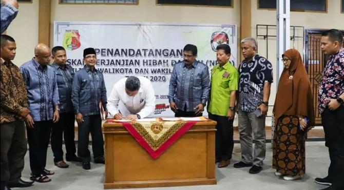 Walikota Solok Zul Elfian menandatangani NPHD anggaran Pilkada kota Solok 2020